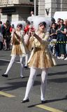 Chicas jóvenes en traje del romanticismo en la calle en la procesión del carnaval imagen de archivo libre de regalías