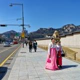 Chicas jóvenes en trajes tradicionales cerca del palacio de Gyeongbokgung en Seul Foto de archivo libre de regalías