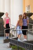 Chicas jóvenes en un campus Imagen de archivo