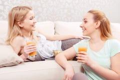Chicas jóvenes en un sofá Fotos de archivo libres de regalías