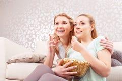 Chicas jóvenes en un sofá Imágenes de archivo libres de regalías