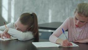Chicas jóvenes en una sala de clase que concentra en su prueba metrajes