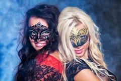 Chicas jóvenes felices bajo máscaras en el partido Imágenes de archivo libres de regalías