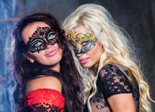 Chicas jóvenes felices bajo máscaras en el partido Imagen de archivo