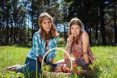 Chicas jóvenes felices con una cesta de fruta en la naturaleza Imagenes de archivo