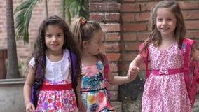 Chicas jóvenes felices de los niños de los niños que caminan almacen de video