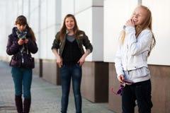 Chicas jóvenes felices en la pared Foto de archivo libre de regalías