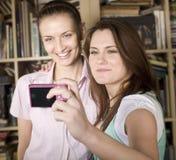 Chicas jóvenes felices que hacen la cara divertida mientras que toma imágenes Fotos de archivo libres de regalías