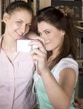 Chicas jóvenes felices que hacen la cara divertida mientras que toma imágenes Foto de archivo