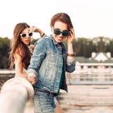 Chicas jóvenes hermosas en parque de la ciudad Fotos de archivo