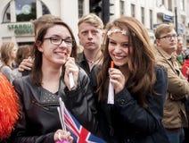Chicas jóvenes no identificadas durante desfile de orgullo gay Fotos de archivo libres de regalías