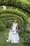 Chicas jóvenes que abrazan a la novia debajo de Ivy Arches Imagen de archivo