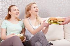 Chicas jóvenes que almuerzan en el partido de pijama Imagen de archivo