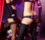 Chicas jóvenes que bailan en club nocturno imagenes de archivo