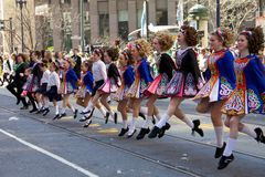 Chicas jóvenes que bailan en el desfile de San Patricio Imagen de archivo