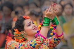 Chicas jóvenes que bailan en Holi/el festival de primavera Foto de archivo libre de regalías