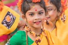 Chicas jóvenes que bailan en Holi/el festival de primavera Fotos de archivo libres de regalías