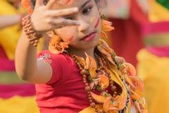 Chicas jóvenes que bailan en Holi/el festival de primavera Imágenes de archivo libres de regalías
