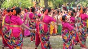 Chicas jóvenes que bailan en Holi/el festival de primavera almacen de metraje de vídeo