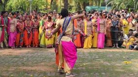 Chicas jóvenes que bailan en Holi/el festival de primavera metrajes