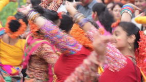 Chicas jóvenes que bailan en Holi/el festival de primavera almacen de video
