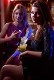 Chicas jóvenes que beben en club nocturno foto de archivo libre de regalías
