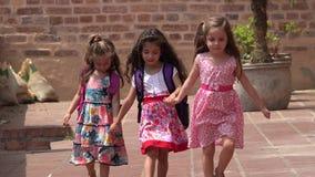 Chicas jóvenes que caminan de los niños metrajes