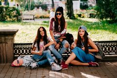 3 chicas jóvenes que caminan en la calle Imagen de archivo