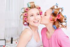 Chicas jóvenes que comparten secretos Imagen de archivo