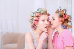 Chicas jóvenes que comparten secretos Fotos de archivo