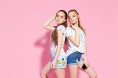 Chicas jóvenes que escuchan la música Imagenes de archivo