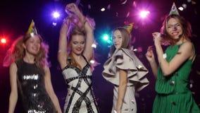 Chicas jóvenes que lanzan confeti del brillo y que bailan la diversión metrajes