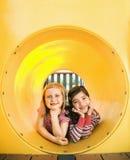 Chicas jóvenes que mienten junto en tubo del arrastre Foto de archivo libre de regalías