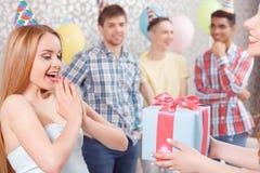 Chicas jóvenes que reciben presentes en la fiesta de cumpleaños Imágenes de archivo libres de regalías