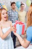 Chicas jóvenes que reciben presentes en la fiesta de cumpleaños Fotografía de archivo libre de regalías