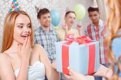 Chicas jóvenes que reciben presentes en la fiesta de cumpleaños Foto de archivo libre de regalías