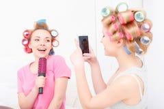 Chicas jóvenes que se divierten en casa Imagenes de archivo