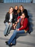 Chicas jóvenes que se sientan en las escaleras Imágenes de archivo libres de regalías