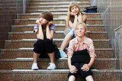 Chicas jóvenes que se sientan en los pasos de progresión Foto de archivo