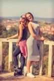 Chicas jóvenes que sonríen y que presentan en parque Fotografía de archivo libre de regalías