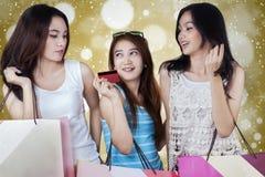 Chicas jóvenes que usan la tarjeta de crédito para hacer compras Foto de archivo libre de regalías