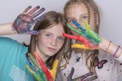 Chicas jóvenes y manos pintadas en acuarelas, cierre del retrato dos para arriba Imagen de archivo