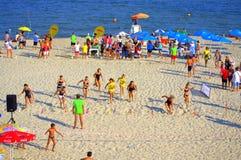 Chicas jóvenes que compiten con en la playa del verano Fotos de archivo libres de regalías