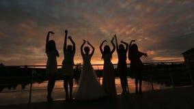 Chicas marchosas jovenes de la diversión que bailan en la playa Banquete de boda al aire libre almacen de metraje de vídeo