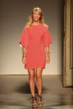 时装设计师Chicca Lualdi承认观众的掌声,在Chicca Lualdi展示后 免版税库存图片