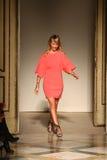 时装设计师Chicca Lualdi承认观众的掌声,在Chicca Lualdi展示后 库存照片