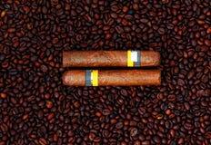 Chicchi cubani di caffè e dei sigari Fotografie Stock Libere da Diritti