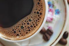 Chicchi d'annata di caffè e della tazza di caffè Immagine Stock