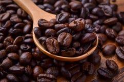 Chicchi del fondo/caffè dei chicchi di caffè/chicchi di caffè su di legno Immagini Stock