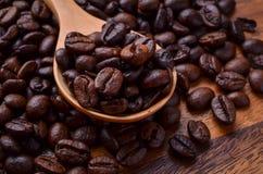 Chicchi del fondo/caffè dei chicchi di caffè/chicchi di caffè su di legno Immagine Stock